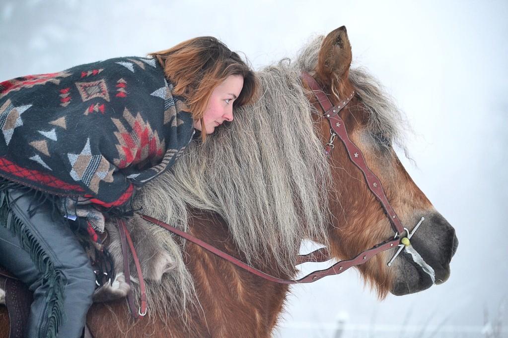Frau mit Decke im Winter
