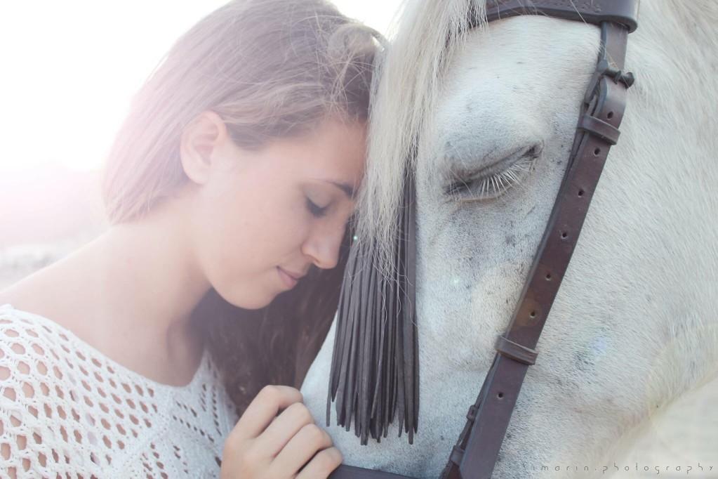 Frau liebt ihr Pferd